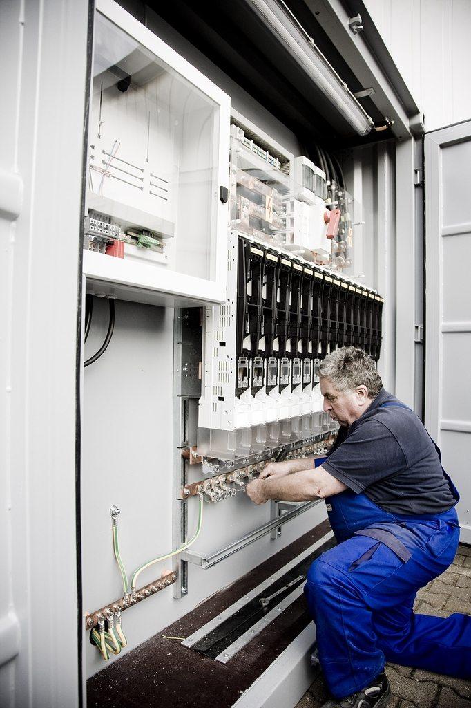 Facharbeiter der Firma Isoblock Schaltanlagen beim aufstellen eines Miettrafos