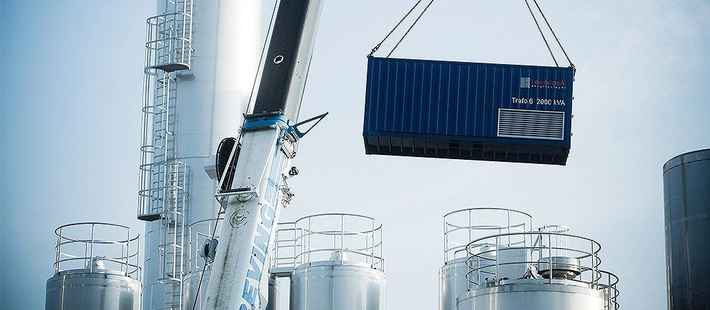 isoblock-Trafostation 2000kVA im Überseecontainer installiert auf einem Industriedach