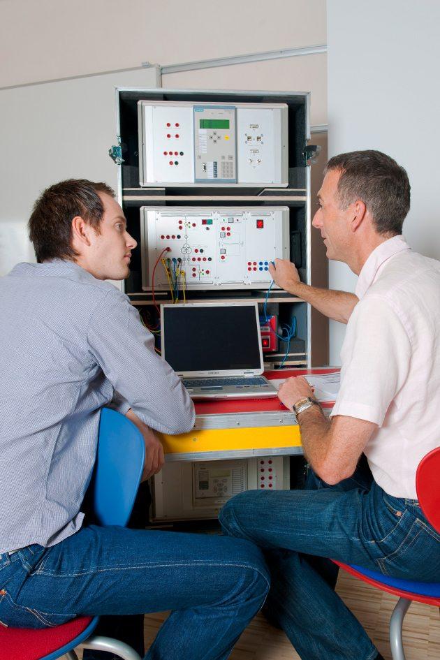 Schulung der Mitarbeiter der Firma Isoblock in der Parametrierung von Netzschutztechnik mit dem Omicron Test Universe. Hier zu sehen am Prüftrum der Firma Omicron.