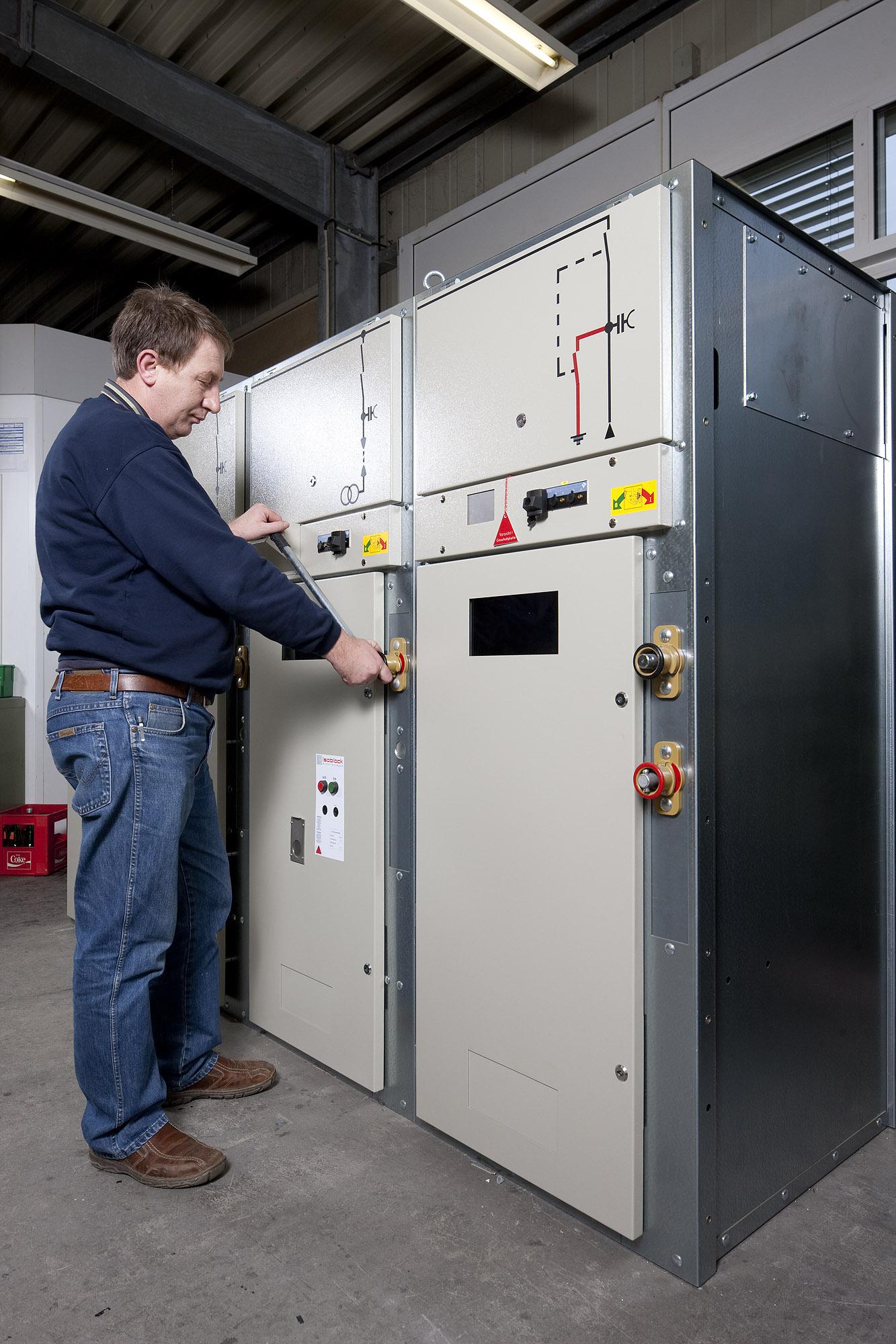 Schaltunterweisung und Schaltbefähigung für Schalthandlungen bis 30kV durch die Firma Isoblock hier ausgeführt durch Hubert Schütz