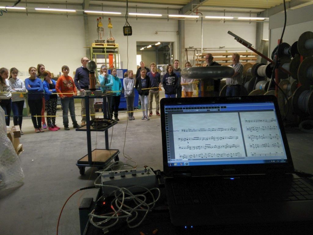 Girls´Day bei der Firma Isoblock Schaltanlagen am 23.04.2015 mit dem Thema Elfa die durchgekanllte Sicherung und der Vorführung eines Tesla Trafos der Musik spielt.