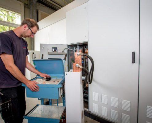 Primästromprüfung eines Niederspannungsleistungsschalters mit einem Megger ODEN