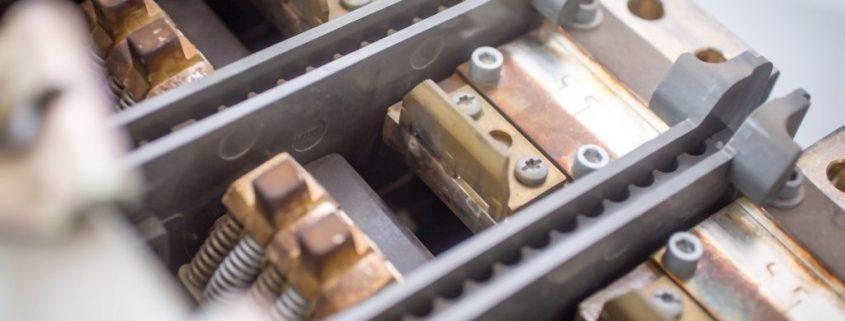 Blick auf die Schaltkontakte eines Niederspannungsleistungsschalters