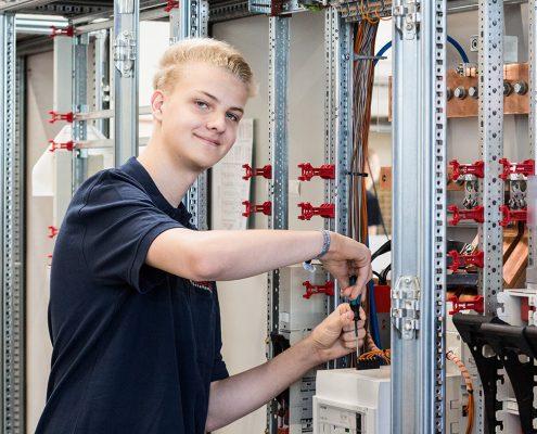 Herr Max Beckemeyer beim Anschluss eines Leistungsschalters