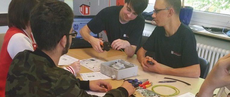 Auszubildende der Isoblock Schaltanlagen auf demBerufsorientierung an der Erich-Maria-Remarque Realschule