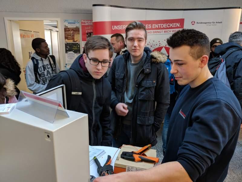 Isoblock zeigt Schülern einen typischen Arbeitsschritt