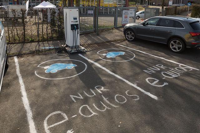 Handgemalte PArkplatzbeschriftung und kostenfreies Laden für Elektromobilisten auf der Energiemesse Osnabrück und angeboten durch Isoblock Schaltanlagen.