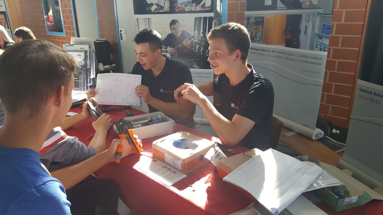 Die Auszubildenden der Firma Isoblock im Gespräch mit Schülern der Dom