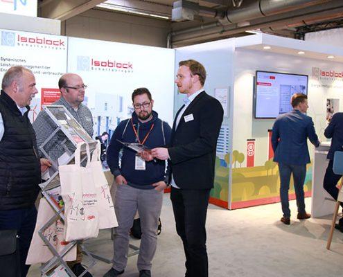 interessiertes Fachpersonal auf dem Messestand der Isoblock Schaltanlagen auf der Elektrotechnik in Dorrtmund