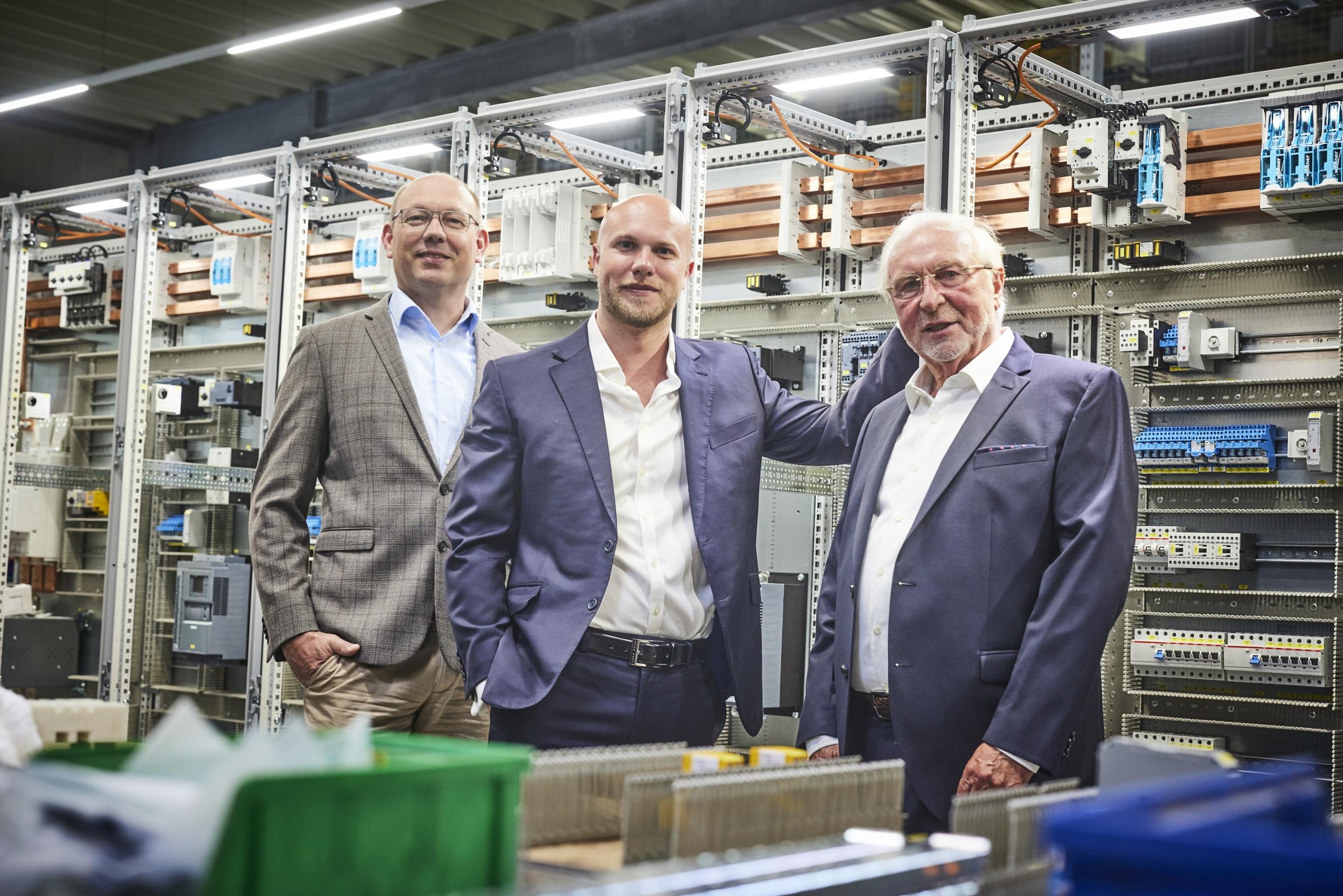 Roger Schiemann (links) und Julian Vetter (Mitte) bilden gemeinsam die Geschäftsführung. Wilfried Tempelmeyer (rechts), einer der beiden Gründer von Isoblock, verabschiedete sich nun in den Ruhestand.